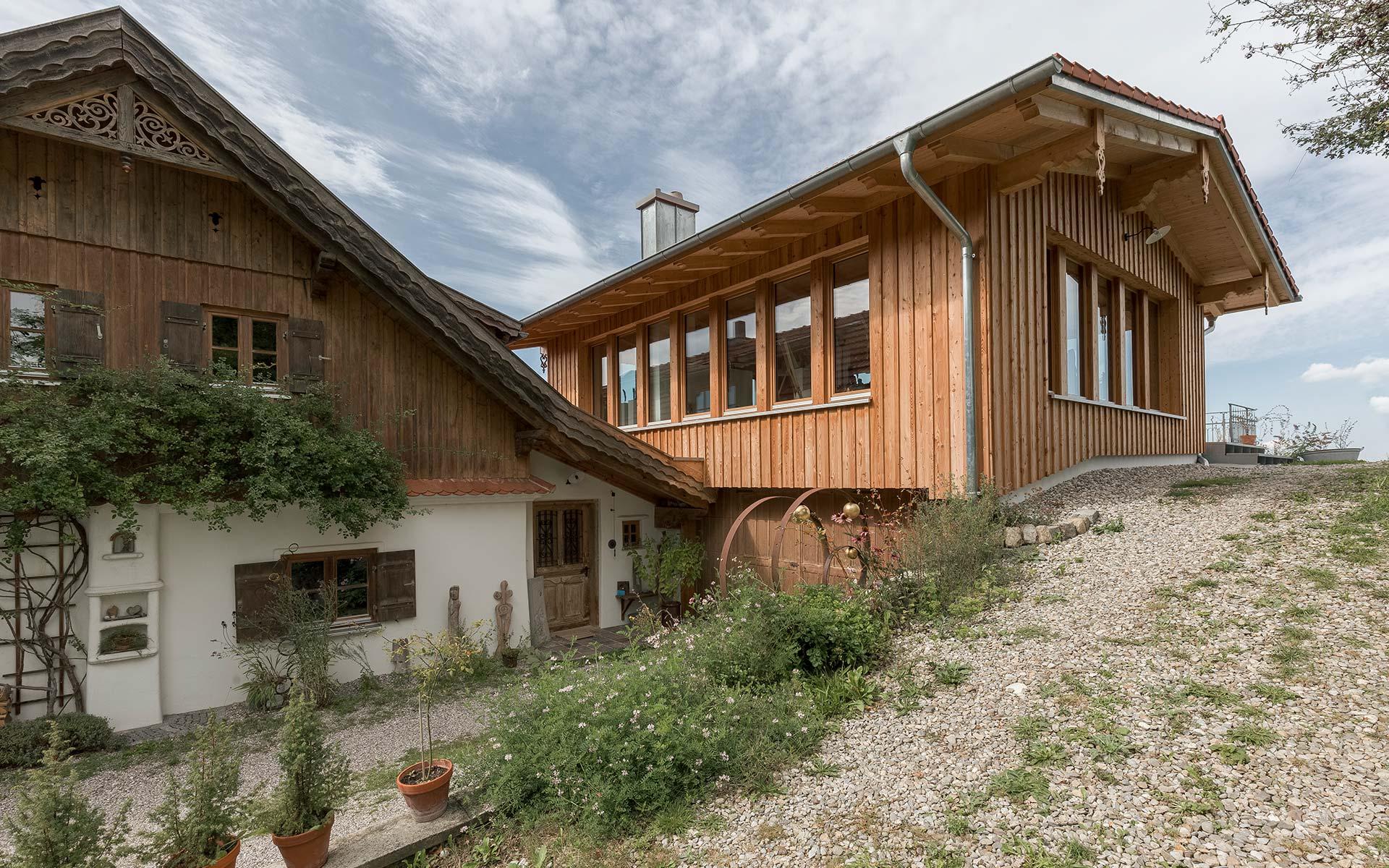 Ein Holzhaus im Allgäu: Moderner Anbau der sich integriert