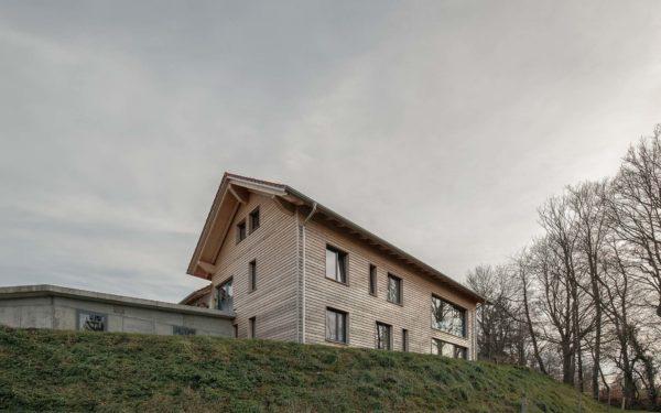 Moderne Gebäude aus Vollholz