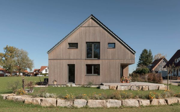 Moderne Holzfassade am Einfamilienhaus