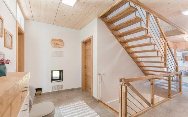 Holzmauer mit weißem Putz
