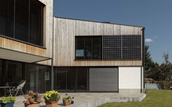 Integrierte Photovoltaikpanel in Holzfassade