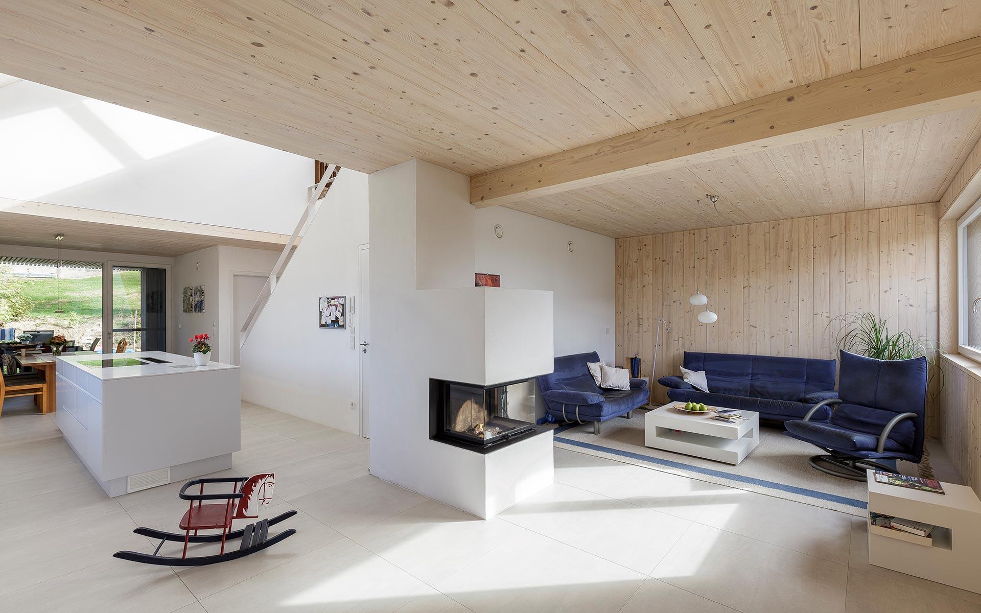 Kombination aus Holz und klassischen weißen Putzwänden