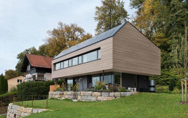 Haus mit Holzfassade und Vollholzkern