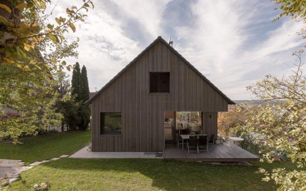 Holzhaus mit Holzterrasse
